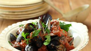 Mussels with tomato and basil sugo